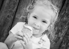 Menina que come um gelado Foto de Stock Royalty Free