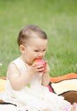 Menina que come uma maçã Fotografia de Stock Royalty Free