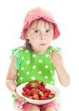 Menina que come uma morango Foto de Stock