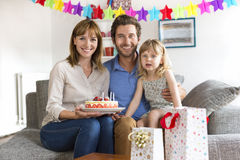 Menina que comemora a festa de anos na casa branca moderna Imagem de Stock Royalty Free