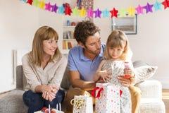 Menina que comemora a festa de anos na casa branca moderna Imagem de Stock
