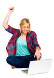 Menina que comemora o sucesso com portátil Fotografia de Stock