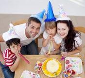 Menina que comemora seu aniversário com família Fotografia de Stock Royalty Free