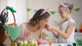 Menina que compartilha com o ovo de chocolate da mãe, educação apropriada, vinda da Páscoa video estoque