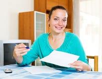 Menina que completa formulários de imposto foto de stock royalty free