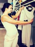 Menina que compra o vestido foto de stock