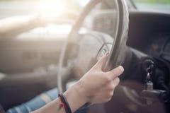 A menina que conduz o carro Fotografia de Stock