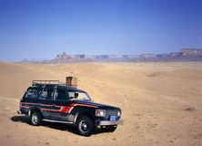 Menina que conduz o fourwheeldrive no deserto fotografia de stock royalty free