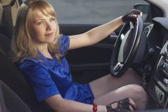 Menina que conduz um carro Imagens de Stock