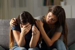 Menina que consola seu amigo divorciado imagens de stock royalty free