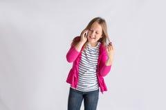 Menina que conversa no telefone Fotos de Stock Royalty Free