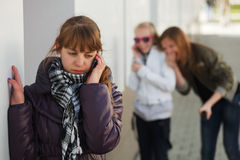 Menina que convida o telefone Fotografia de Stock Royalty Free