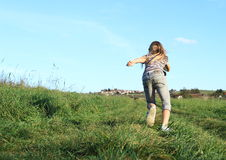 Menina que corre à vila Foto de Stock Royalty Free