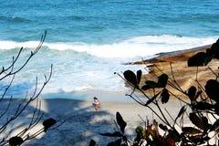 Menina que corre na areia na praia imagem de stock royalty free