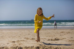 Menina que corre na praia Foto de Stock Royalty Free