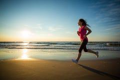 Menina que corre na praia Imagem de Stock Royalty Free