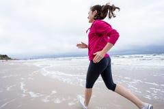 Menina que corre na praia Imagens de Stock