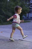 Menina que corre na rua do parque imagem de stock