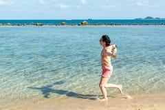 Menina que corre nas ondas Fotos de Stock Royalty Free