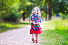 Menina que corre no parque do outono Foto de Stock Royalty Free