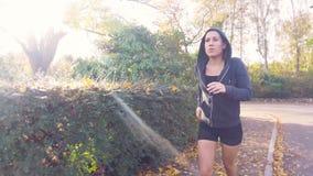 Menina que corre para a aptidão video estoque