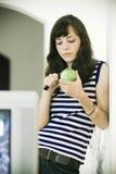 Menina que corta ou que descasca a maçã Fotografia de Stock Royalty Free