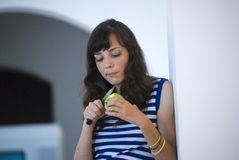Menina que corta uma maçã imagens de stock