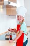 Menina que cozinha na cozinha moderna Imagem de Stock Royalty Free