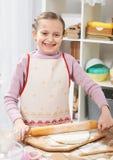 Menina que cozinha na cozinha home, fazendo a massa, conceito saudável do alimento Foto de Stock