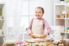 Menina que cozinha na cozinha home, fazendo a massa, conceito saudável do alimento Imagem de Stock Royalty Free