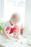 Menina que cozinha o cozimento Imagens de Stock Royalty Free
