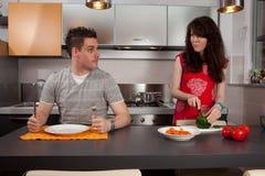 Menina que cozinha para um indivíduo com fome. Imagens de Stock Royalty Free