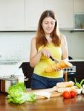 Menina que cozinha sanduíches Foto de Stock