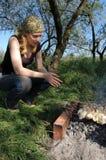 Menina que cozinha um assado Fotografia de Stock Royalty Free