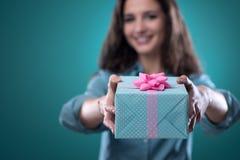Menina que dá um presente bonito Imagens de Stock