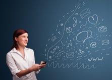 Menina que datilografa no smartphone com vários ícones modernos da tecnologia Foto de Stock Royalty Free