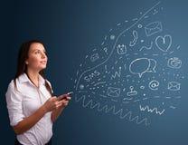 Menina que datilografa no smartphone com vários ícones modernos da tecnologia Imagens de Stock