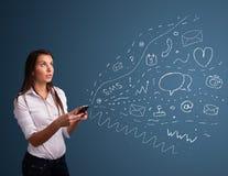 Menina que datilografa no smartphone com vários ícones modernos da tecnologia Imagens de Stock Royalty Free