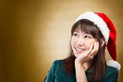 Menina que daydreaming sobre o Natal imagem de stock