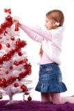 Menina que decora a árvore de Natal Fotos de Stock