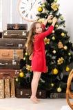 Menina que decora a árvore de Natal Foto de Stock Royalty Free