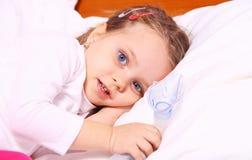 Menina que descansa após o tratamento com aerossol imagens de stock royalty free