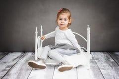 Menina que descansa na cama pequena Foto de Stock Royalty Free