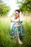 Menina que descansa na grama fresca da mola Imagem de Stock