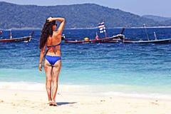 Menina que descansa na praia Foto de Stock Royalty Free