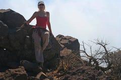Menina que descansa nas montanhas altas fotografia de stock