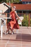 Menina que descansa no balcão Imagens de Stock