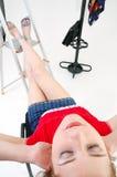Menina que descansa no estúdio fotografia de stock royalty free
