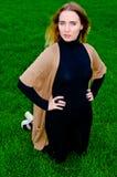 Menina que descansa no gramado verde Imagem de Stock