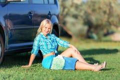 Menina que descansa perto do carro foto de stock royalty free